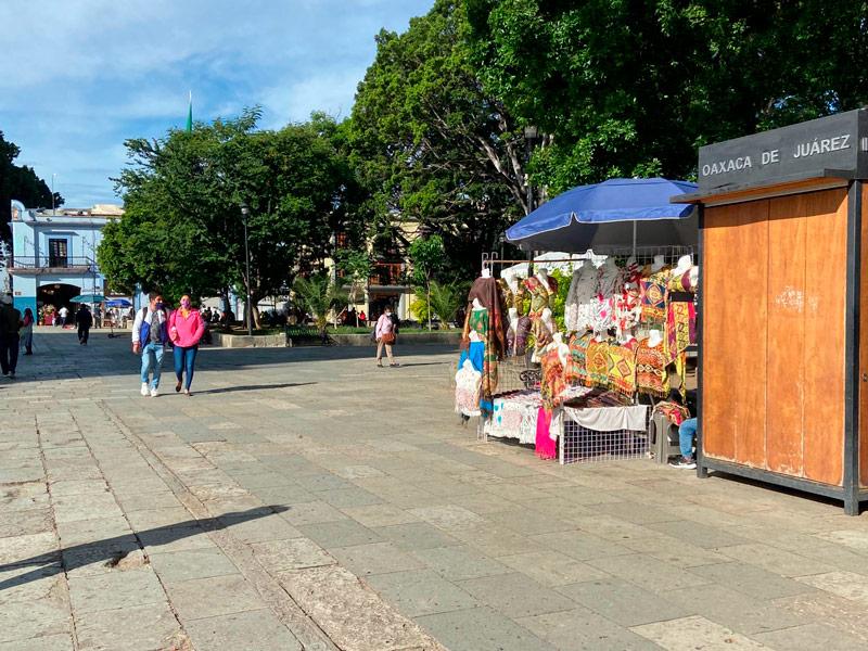 Con vallas, impiden el paso de ambulantes al Zócalo