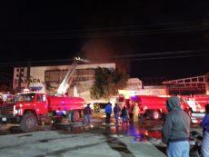 En coordinación, unidades de emergencia buscan sofocar incendio en bodega de pinturas en San Sebastián Tutla